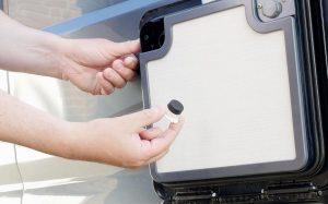 Mit dem Austausch des Druckknopfes gegen einen mit Magnet lässt sich die Toiletteklappe offen halten. (Bildrecte: FRAGDENSTEIN.DE/ Stein)