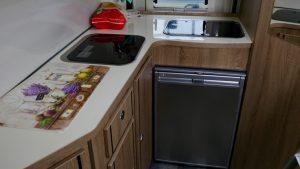 Karmann Dexter 550 im Praxistest: Die Küche ist sehr geräumig. (Bildrechte: FRAGDENSTEIN.DE/ Stein)
