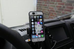 Vor allem dann, wenn das Smartphone auch als Navigationsgerät im Reisemobil dient, ist ein guter Handyhalter fürs Wohnmobil oder Reisemobil unerlässlich. (Bildrechte: FRAGDENSTEIN.DE/ Stein)
