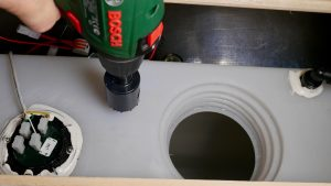 Mit einer Lochsäge wird eine Öffnung in den Frischwassertank gebohrt. (Bildrechte: FRAGDENSTEIN.DE/ Stein)