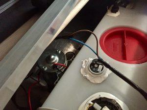 Mit reichlich Silikon habe ich die neue Sonde abgedichtet. (Bildrechte: FRAGDENSTEIN.DE/ Stein)
