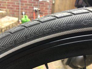 Fahrrad aufpumpen: Der richtige Reifendruck steht meistens auf dem Reifen. (Bildrechte: FRAGDENSTEIN.DE/ Stein)
