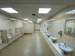 Im Inneren des Sanitärgebäudes geht es rustikal zu. (Bildrechte: FRAGDENSTEIN.DE/ Stein)