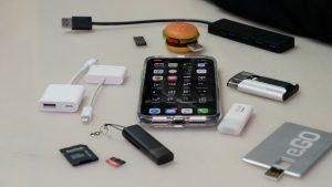 Wenn man USB-Geräte am iPhone nutzen will, braucht man einen Adapter. (Bildrechte: FRAGDENSTEIN.DE/ Stein)